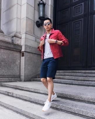 Comment porter des chaussettes invisibles bleu marine: Pense à porter une veste harrington rouge et des chaussettes invisibles bleu marine pour une tenue idéale le week-end. Une paire de chaussures de sport blanches est une option judicieux pour complèter cette tenue.