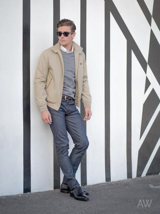 Comment porter: veste harrington beige, pull à col rond gris, chemise à manches longues blanche, jean bleu marine