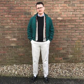Comment porter: veste harrington vert foncé, pull à col rond noir, chemise à manches longues bleu clair, pantalon chino beige
