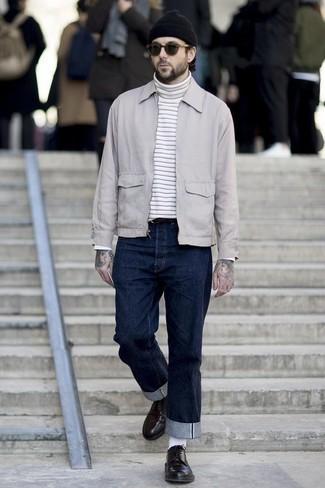 Tendances mode hommes: Essaie d'associer une veste harrington grise avec un pull à col roulé à rayures horizontales blanc pour obtenir un look relax mais stylé.