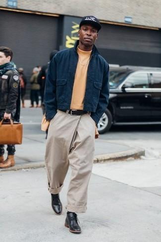 Comment porter un pantalon chino beige: Pour créer une tenue idéale pour un déjeuner entre amis le week-end, porte une veste harrington bleu marine et un pantalon chino beige. Cette tenue est parfait avec une paire de des bottines chukka en cuir noires.