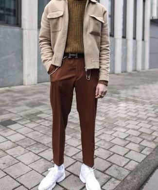 Comment porter un pantalon chino marron: Porte une veste harrington beige et un pantalon chino marron pour un look de tous les jours facile à porter. Pour les chaussures, fais un choix décontracté avec une paire de chaussures de sport blanches.