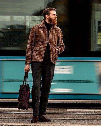 Comment porter: veste harrington en vichy marron, pull à col roulé noir, pantalon de costume en laine gris foncé, slippers en daim bordeaux