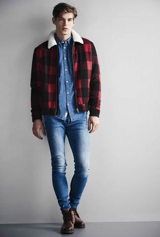 Comment porter: veste harrington à carreaux rouge et noir, chemise en jean bleue, jean skinny bleu, bottes de loisirs en cuir marron