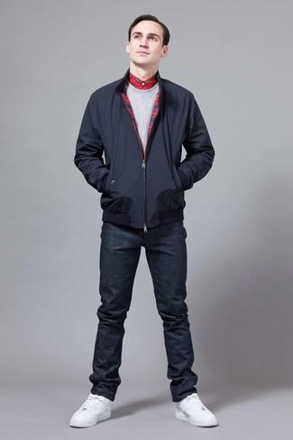 Comment porter: veste harrington bleu marine, sweat-shirt gris, chemise de ville écossaise rouge, jean bleu marine