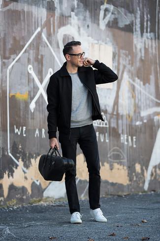 Comment porter une serviette en cuir noire: Pense à porter une veste harrington noire et une serviette en cuir noire pour une tenue idéale le week-end. D'une humeur créatrice? Assortis ta tenue avec une paire de des baskets basses blanches.