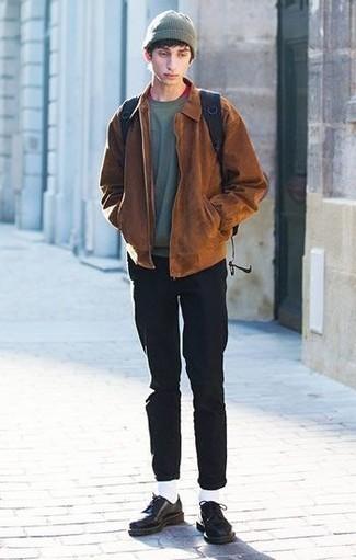 Comment porter un t-shirt à col rond rouge: Pense à opter pour un t-shirt à col rond rouge et un jean noir pour une tenue idéale le week-end. Une paire de des chaussures derby en cuir à clous noires apportera une esthétique classique à l'ensemble.
