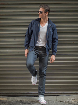 Comment porter: veste harrington bleu marine, t-shirt à col en v blanc, jean gris foncé, baskets basses en toile blanches