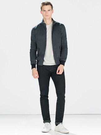Comment porter: veste harrington gris foncé, t-shirt à col rond gris, jean noir, baskets basses en cuir blanches
