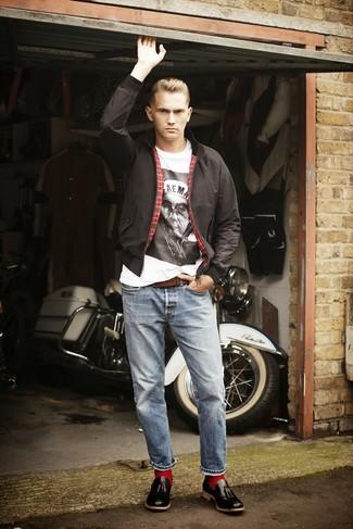 Comment porter: veste harrington noire, t-shirt à col rond imprimé blanc et noir, jean bleu clair, mocassins à pampilles en cuir noirs