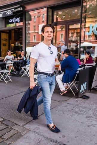 Comment porter: veste harrington bleu marine, t-shirt à col rond blanc, jean bleu clair, mocassins en daim bleu marine