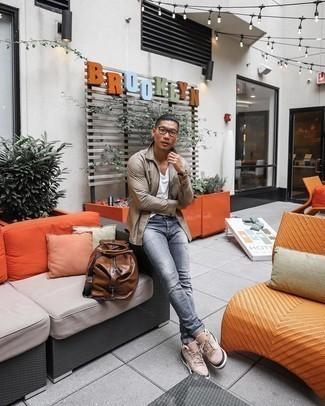 Tendances mode hommes: Pense à opter pour une veste harrington marron clair et un jean déchiré gris pour un look confortable et décontracté. Fais d'une paire de baskets basses en daim beiges ton choix de souliers pour afficher ton expertise vestimentaire.