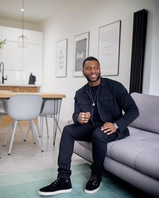 Tendances mode hommes: Choisis une veste harrington noire et un jean noir pour un déjeuner le dimanche entre amis. Si tu veux éviter un look trop formel, choisis une paire de baskets montantes en daim noires.