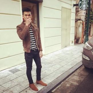 Comment porter: veste harrington en daim marron, t-shirt à col rond à rayures horizontales blanc et noir, jean skinny noir, bottes western en daim tabac