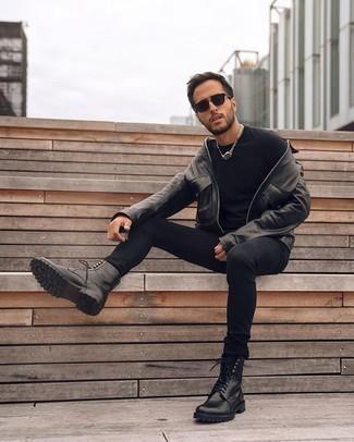 Comment porter un jean skinny noir: Pour créer une tenue idéale pour un déjeuner entre amis le week-end, associe une veste harrington en cuir noire avec un jean skinny noir. Complète cet ensemble avec une paire de des bottes de loisirs en cuir noires pour afficher ton expertise vestimentaire.