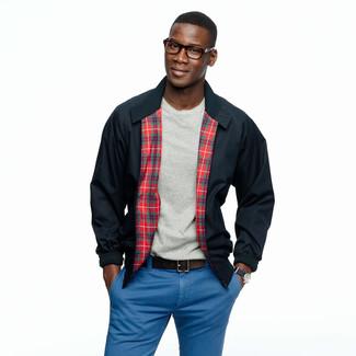 Comment porter: veste harrington bleu marine, t-shirt à col rond gris, pantalon chino bleu, ceinture en cuir marron foncé