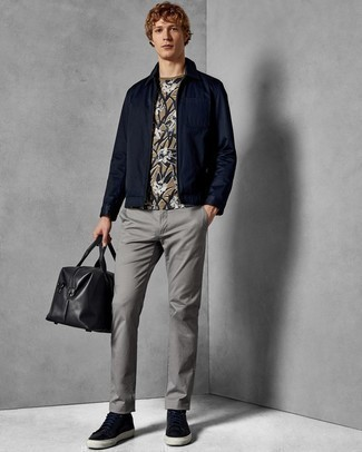 Comment porter un fourre-tout en cuir noir: Pense à porter une veste harrington bleu marine et un fourre-tout en cuir noir pour une tenue idéale le week-end. Jouez la carte classique pour les chaussures et assortis cette tenue avec une paire de des baskets basses en cuir bleu marine.