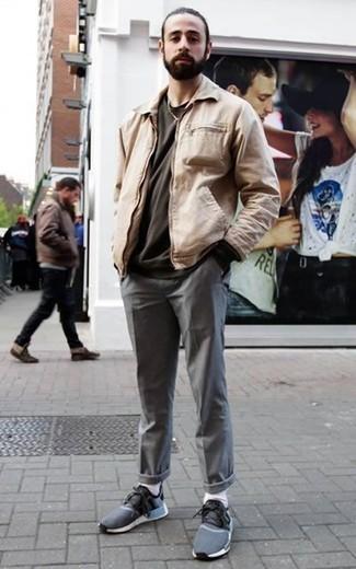 Comment porter un t-shirt à col rond gris foncé: Marie un t-shirt à col rond gris foncé avec un pantalon chino gris pour affronter sans effort les défis que la journée te réserve. Jouez la carte décontractée pour les chaussures et opte pour une paire de des chaussures de sport bleu marine.