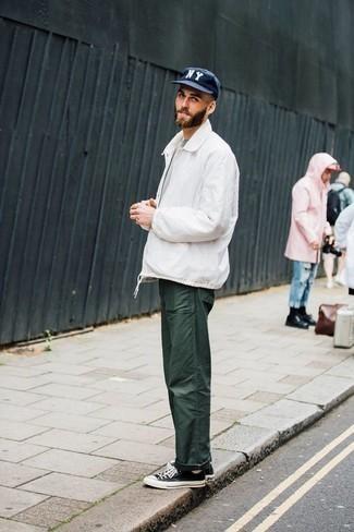 Tendances mode hommes: Pense à marier une veste harrington blanche avec un pantalon chino vert foncé pour une tenue confortable aussi composée avec goût. Si tu veux éviter un look trop formel, choisis une paire de des baskets basses en toile noires et blanches.