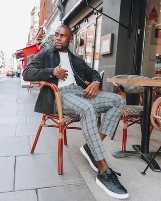 Comment porter une veste harrington en daim noire: Pense à porter une veste harrington en daim noire et un pantalon chino écossais gris pour affronter sans effort les défis que la journée te réserve. Cet ensemble est parfait avec une paire de baskets basses en cuir noires.