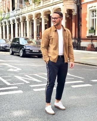 Comment porter une ceinture en cuir noire: Pense à harmoniser une veste harrington marron clair avec une ceinture en cuir noire pour une tenue relax mais stylée. Une paire de baskets basses en toile blanches apportera une esthétique classique à l'ensemble.