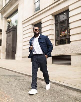 Tendances mode hommes: Pense à porter une veste harrington bleu marine et un pantalon chino gris foncé pour une tenue idéale le week-end. Mélange les styles en portant une paire de baskets basses en toile blanches et noires.