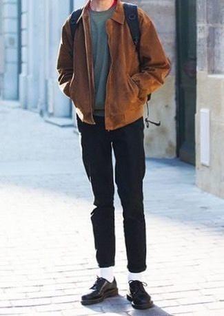 Comment s'habiller à 30 ans: Pour une tenue de tous les jours pleine de caractère et de personnalité porte une veste harrington en daim marron et un pantalon chino noir. Rehausse cet ensemble avec une paire de chaussures derby en cuir noires.