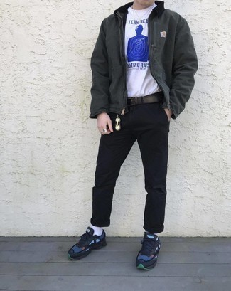 Comment porter une ceinture en cuir marron foncé: Pense à opter pour une veste harrington gris foncé et une ceinture en cuir marron foncé pour un look confortable et décontracté. Assortis ce look avec une paire de des chaussures de sport bleu marine.