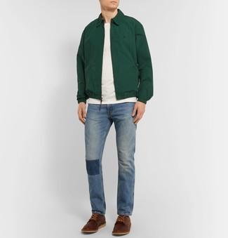 Comment porter: veste harrington vert foncé, t-shirt à col rond blanc, jean bleu, chaussures derby en cuir marron