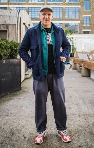 Une veste-chemise à porter avec un pantalon chino gris foncé: Associe une veste-chemise avec un pantalon chino gris foncé pour achever un look habillé mais pas trop. Si tu veux éviter un look trop formel, choisis une paire de des chaussures de sport blanc et rouge et bleu marine.