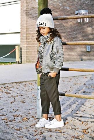 Comment porter: veste grise, jean noir, baskets blanches, bonnet blanc