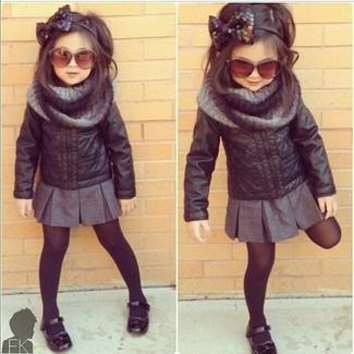 Comment porter: veste en cuir noire, jupe grise, ballerines noires, écharpe grise