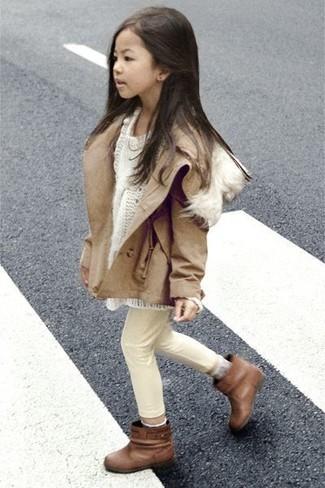 Comment porter: veste marron clair, pull blanc, jean beige, bottes marron