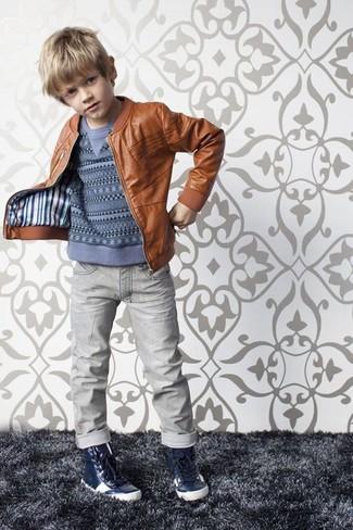 Comment porter: veste en cuir marron, pull bleu, jean gris, baskets bleu marine