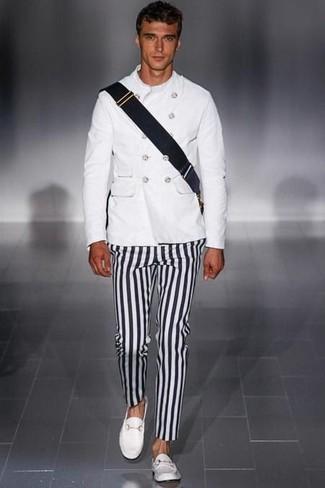 Comment porter: veste militaire blanc, pantalon chino à rayures verticales noir et blanc, slippers en cuir blancs, besace en toile noire
