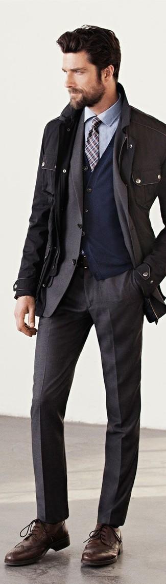 Comment porter: veste militaire noir, blazer gris foncé, cardigan bleu marine, chemise de ville bleu clair