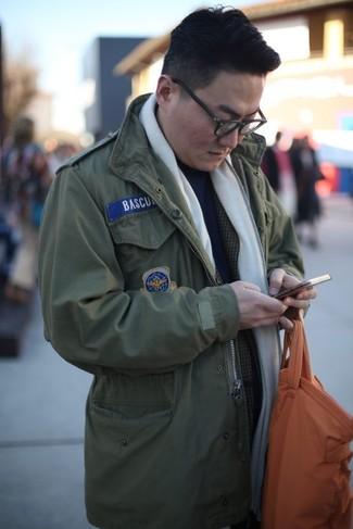 Comment porter: veste militaire olive, blazer écossais gris foncé, pull à col roulé bleu marine, sac fourre-tout en cuir orange