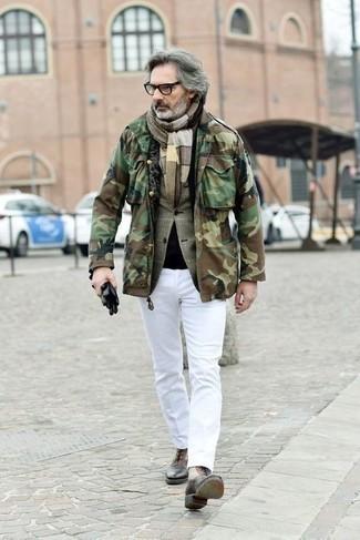 Comment porter un pantalon chino blanc: Associe un veste militaire camouflage olive avec un pantalon chino blanc pour un déjeuner le dimanche entre amis. Habille ta tenue avec une paire de des bottes habillées en cuir marron.