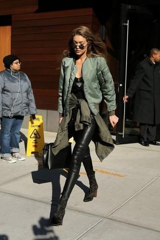 Comment porter: veste militaire olive, blouson aviateur olive, top sans manches noir, jean skinny en cuir noir