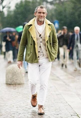 Comment porter: veste militaire olive, cardigan à col châle beige, t-shirt à col boutonné blanc, pantalon chino blanc