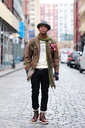 Comment porter: veste militaire marron, cardigan à col châle gris, t-shirt à col rond imprimé blanc et noir, jean noir