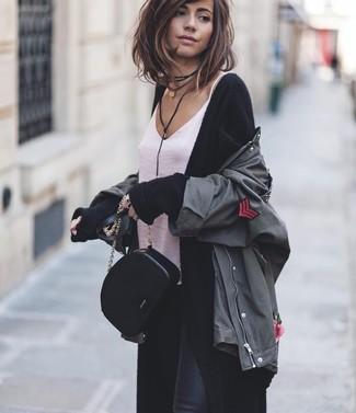 Comment porter: veste militaire gris foncé, cardigan long noir, débardeur en soie blanc, jean skinny noir