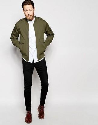 Comment porter des bottines chukka en cuir bordeaux: Choisis un veste militaire olive et un jean skinny noir pour une tenue idéale le week-end. Une paire de bottines chukka en cuir bordeaux rendra élégant même le plus décontracté des looks.