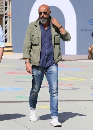 Comment porter: veste militaire olive, chemise à manches longues bleu marine, jean bleu, baskets montantes blanches
