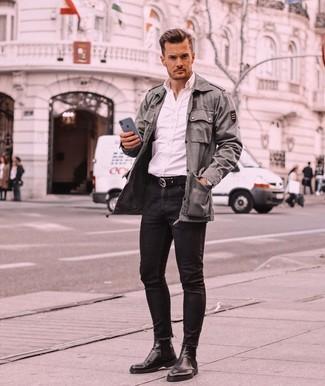 Comment porter: veste militaire olive, chemise à manches longues blanche, jean skinny noir, bottines chelsea en cuir noires
