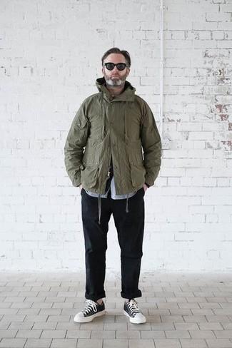 Comment porter: veste militaire olive, chemise à manches longues bleu clair, pantalon chino noir, baskets basses noires et blanches