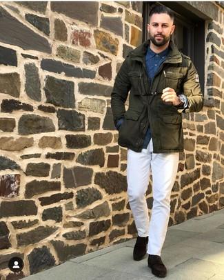 Comment porter: veste militaire olive, chemise à manches longues imprimée bleu marine, pantalon chino blanc, slippers en daim marron foncé