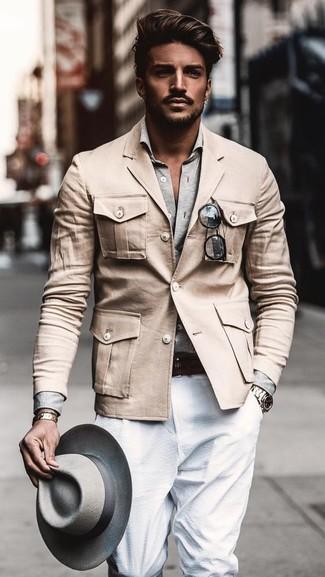 Comment porter: veste militaire beige, chemise à manches longues grise, pantalon de costume blanc, chapeau en laine gris