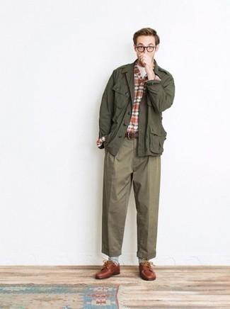 Comment s'habiller en automne: Essaie de marier un veste militaire olive avec un pantalon chino olive pour affronter sans effort les défis que la journée te réserve. Une paire de des chaussures derby en cuir tabac ajoutera de l'élégance à un look simple. On adore ce look super, bien automnale.