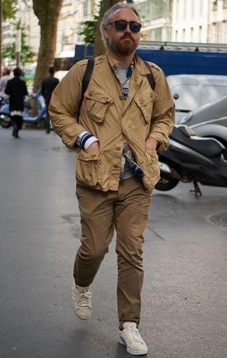 Comment porter un pantalon chino marron: Choisis un veste militaire marron clair et un pantalon chino marron pour un look de tous les jours facile à porter. Si tu veux éviter un look trop formel, choisis une paire de des baskets basses en toile beiges.